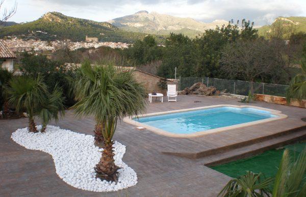 una piscina prefabricada o una de obra